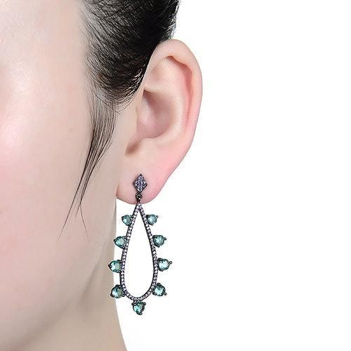 Εντυπωσιακά σκουλαρίκια σε μαύρο και σμαραγδί χρώμα